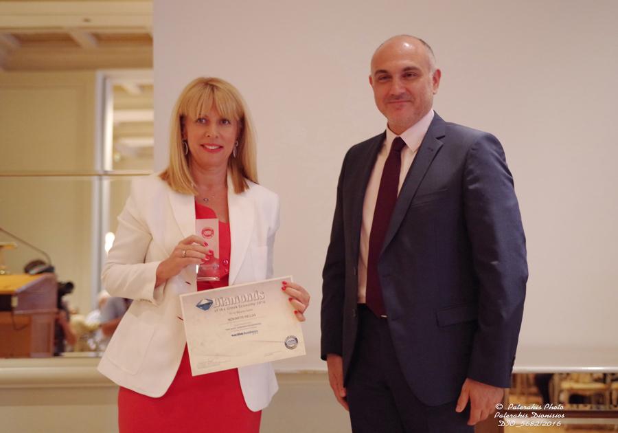 """Η κα Φωτεινή Μπαμπανάρα, Head of Communications της Novartis Hellas, παραλαμβάνει το βραβείο """"Diamonds of the Greek Economy 2016"""""""