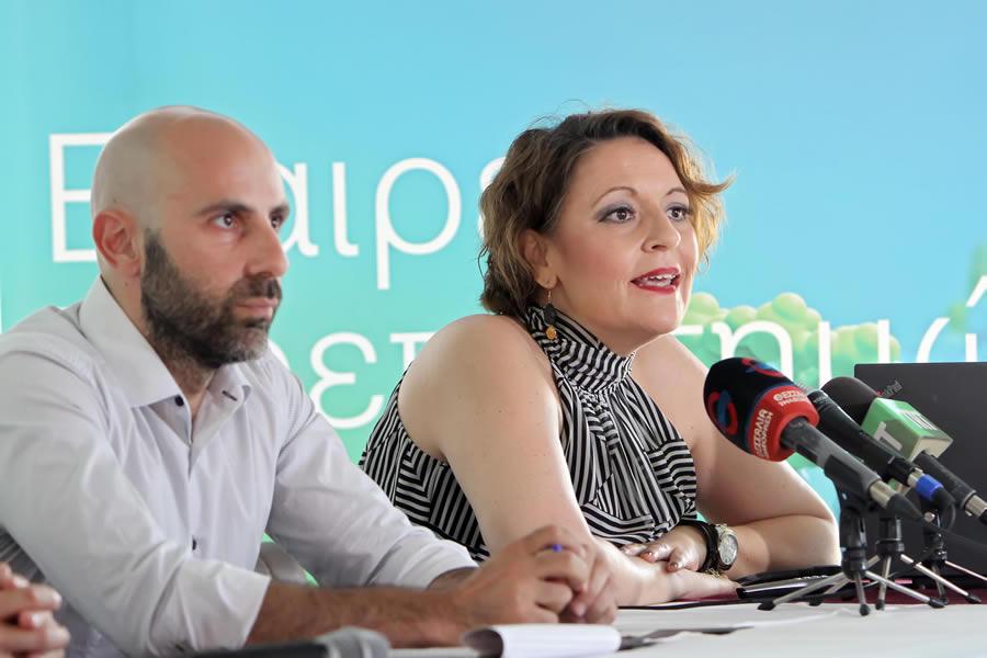 Από αριστερά στα δεξιά: Ο κύριος Αλέξανδρος Οφλίδης, δρομέας στον Μαραθώνιο Σινικού Τείχους 2017 και η κυρία Σόνια Μουσαβερέ, Διευθύντρια Επικοινωνίας και Δημοσίων Σχέσεων της Bayer Ελλάς.