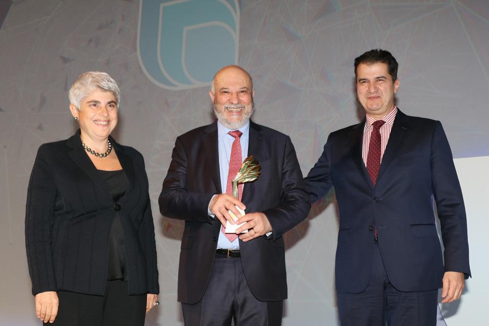 Ο κ. Ευριπίδης παραλαμβάνει το βραβείο για την Εταιρική Κοινωνική Ευθύνη