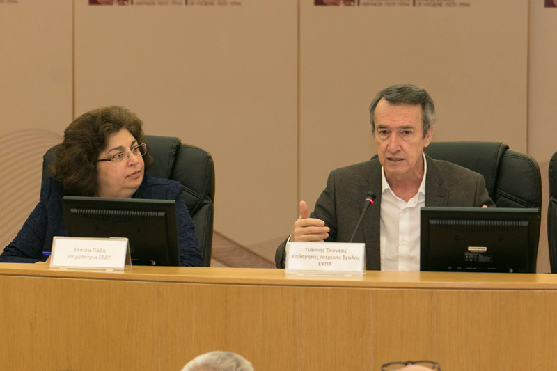1ο Στρογγυλό Τραπέζι: «Η Πρόκληση της Αξιολόγησης των Τεχνολογιών Υγείας και η Υγειονομική Μεταρρύθμιση στην Ελλάδα». Προεδρείο, (από αριστερά προς τα δεξιά διακρίνονται) οι Ελπίδα Πάβη, Επιμελήτρια, Τομέας Οικονομικών της Υγείας, ΕΣΔΥ, Γιάννης Τούντας,  Καθηγητής Κοινωνικής και Προληπτικής Ιατρικής, Ιατρική Σχολή, ΕΚΠΑ.
