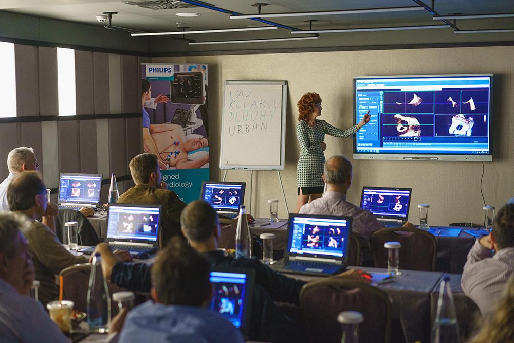 Η Dr. Sylva Kovalova, η διαπιστευμένη γιατρός της Philips από την Τσεχία, εξηγεί αναλυτικά τις λειτουργίες του λογισμικού 3D απεικόνισης της Philips για τον υπέρηχο Philips Affiniti και τον νέο υπερηχοκαρδιογράφο Philips Epiq CVx.